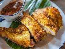 Зажаренный цыпленок с тайским стилем окуная пряный соус стоковая фотография rf