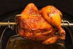 Зажаренный цыпленок, bbq, над открытыми пламенами в барбекю Стоковое фото RF