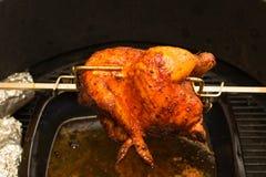 Зажаренный цыпленок, bbq, над открытыми пламенами в барбекю Стоковые Фотографии RF
