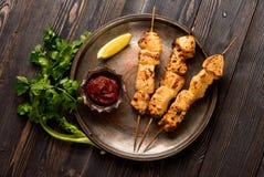 Зажаренный цыпленок Kebab на бамбуковых протыкальниках на металлической пластине Стоковые Фото
