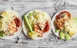 Зажаренный цыпленок, авокадо, сыр и пряные tortillas томатного соуса на деревянной деревенской предпосылке Стоковое фото RF