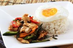 Зажаренный цыпленок базилика с яичницей и рисом стоковое изображение
