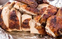 Зажаренный цыпленок в фольге стоковое фото