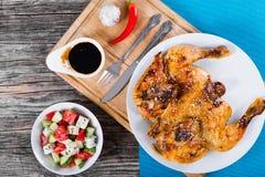Зажаренный цыпленок на белом блюде на разделочной доске Стоковое фото RF
