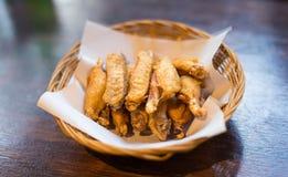 Зажаренный цыпленок на корзине Стоковые Фотографии RF