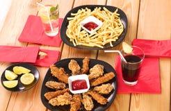 Зажаренный цыпленок на плите стоя деревянный стол Стоковое Изображение