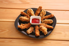 Зажаренный цыпленок на плите стоя деревянный стол Стоковое Фото