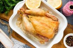 Зажаренный цыпленок на соли моря с лимоном Стоковые Изображения RF