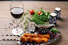 Зажаренный цыпленок с бокалом вина Стоковое фото RF