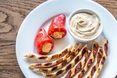 Зажаренный цыпленок с заполненными перцами и соусом tahini Стоковые Изображения