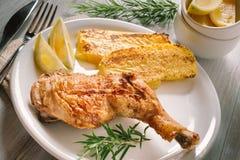Зажаренный цыпленок с полентой Стоковая Фотография