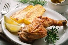 Зажаренный цыпленок с полентой Стоковая Фотография RF