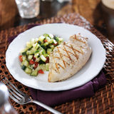 Зажаренный цыпленок с салатом огурца Стоковое Изображение RF