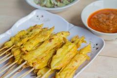 Зажаренный цыпленок satay с соусом арахиса и уксусом овоща Стоковая Фотография RF