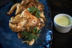 Зажаренный цыпленок Tabaka с соусом на каменной плите jpg Стоковые Изображения RF