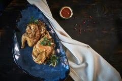 Зажаренный цыпленок Tabaka с соусом на каменной плите jpg Стоковое фото RF
