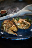 Зажаренный цыпленок Tabaka с соусом на каменной плите jpg Стоковая Фотография RF