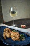 Зажаренный цыпленок Tabaka с соусом на каменной плите jpg Стоковое Изображение
