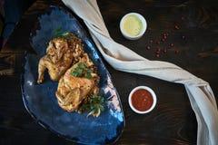 Зажаренный цыпленок Tabaka с соусом на каменной плите jpg Стоковое Изображение RF