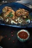Зажаренный цыпленок Tabaka с соусом на каменной плите jpg Стоковые Фотографии RF