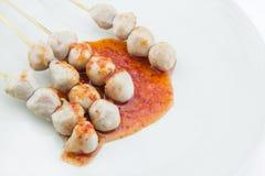 Зажаренный шарик мяса на белой предпосылке стоковое изображение