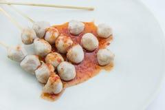 Зажаренный шарик мяса на белой предпосылке Стоковые Фото