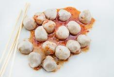 Зажаренный шарик мяса на белой предпосылке стоковое фото