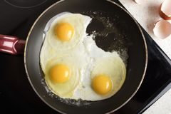 Зажаренный 3 яичкам зажаренным в сковороде Горячее аппетитное блюдо стоковые изображения