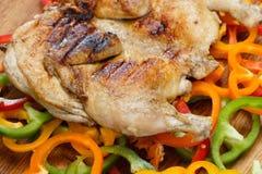 Зажаренный crusted зажаренный цыпленок на красочной предпосылке овощей Стоковое фото RF