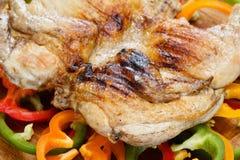 Зажаренный crusted зажаренный цыпленок на красочной предпосылке овощей Стоковое Изображение RF