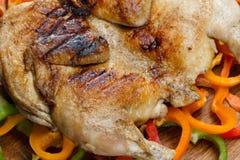 Зажаренный crusted зажаренный цыпленок на красочной предпосылке овощей Стоковые Фотографии RF