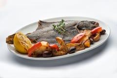 Зажаренный flounder на плите Стоковое Фото