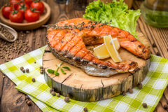 Зажаренный salmon стейк на сделанной плите Стоковое Фото