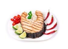 Зажаренный salmon стейк с овощами на плите Стоковые Фотографии RF