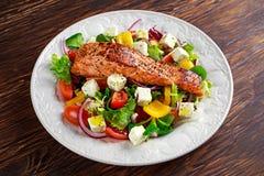 Зажаренный Salmon стейк с свежими овощами салатом, сыром фета Еда концепции здоровая Стоковые Изображения