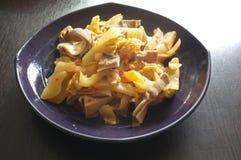 Зажаренный Stir кишечник свинины с посоленным салатом Стоковая Фотография