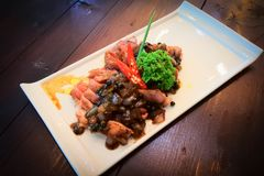 Зажаренный tenderloin свинины с соусом черного перца Соответствующий для красных лозы и обедающего стоковое изображение rf