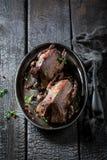 2 зажаренных в духовке голубя с перцем и специями Стоковое Изображение