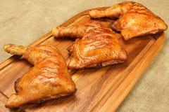 3 зажаренных квартала ноги цыпленка BBQ на деревянной доске Стоковое Фото