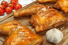 3 зажаренных квартала ноги цыпленка BBQ на деревянной доске Стоковое фото RF