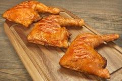 3 зажаренных квартала ноги цыпленка BBQ на деревянной доске Стоковые Фото