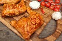 2 зажаренных квартала ноги цыпленка BBQ на деревянной доске Стоковые Фото