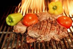 2 зажаренных стейка говядины с овощами XXXL Стоковые Фото