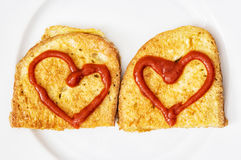 2 зажаренных хлеба в яичке с сердцами кетчуп, валентинки fo Стоковое Фото