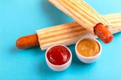 2 зажарили французские хот-догов с мустардом и кетчуп стоковые изображения