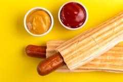 2 зажарили французские хот-догов с мустардом и кетчуп стоковые изображения rf