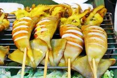 ` Зажарило ` кальмаров - еду улицы в Таиланде Стоковая Фотография