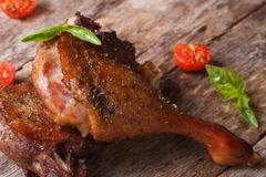 2 зажарили в духовке утиную ножку с стилем томатов близким поднимающим вверх деревенским Стоковая Фотография RF