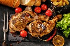 2 зажарили ноги цыпленка зажаренные в духовке с апельсинами Стоковое Изображение