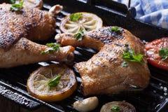 2 зажарили ноги цыпленка и овощи на гриле готовят макрос Стоковая Фотография RF